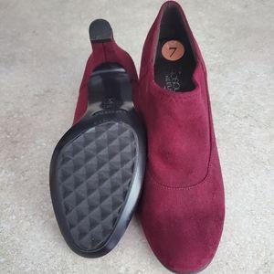 Womens size 7 Aerosoles Heelrest Burgundy Heels